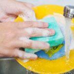 夢占い「皿洗いの夢」の意味とは